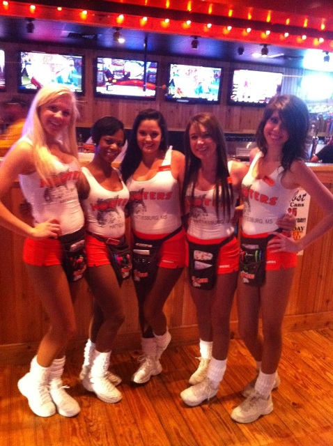 What Its Really Like to Be a Hooters Waitress - Cosmopolitan